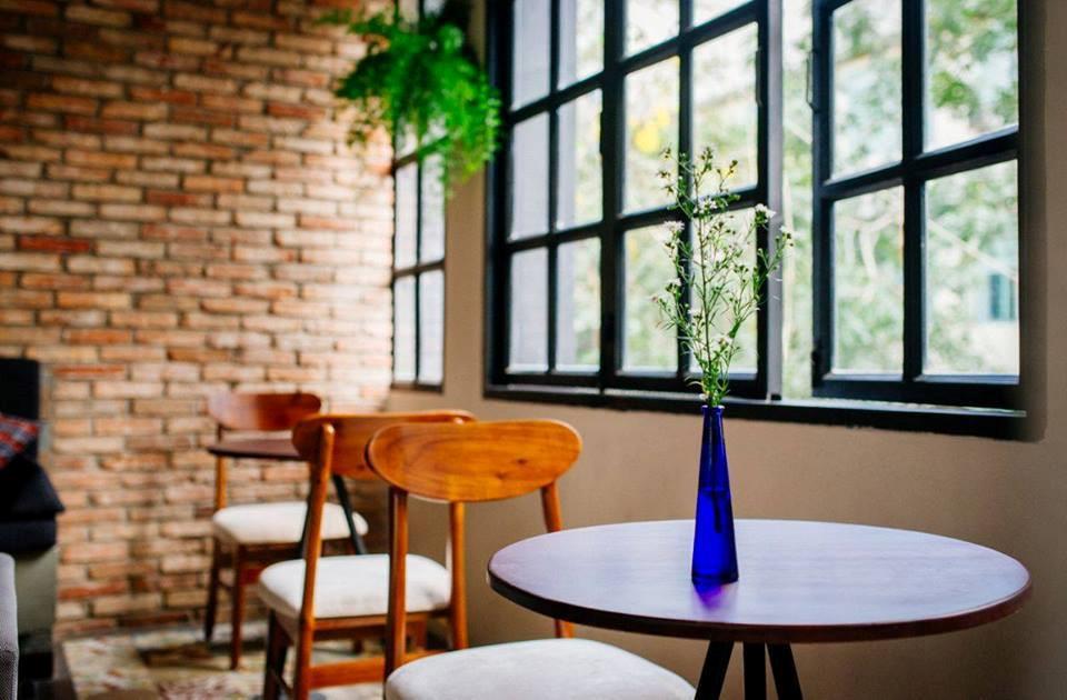 design quán cafe nhỏ lọ hoa xinh