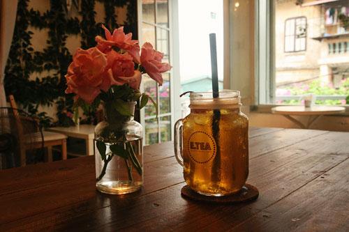 nội thất quán cafe nhỏ lọ hoa xinh